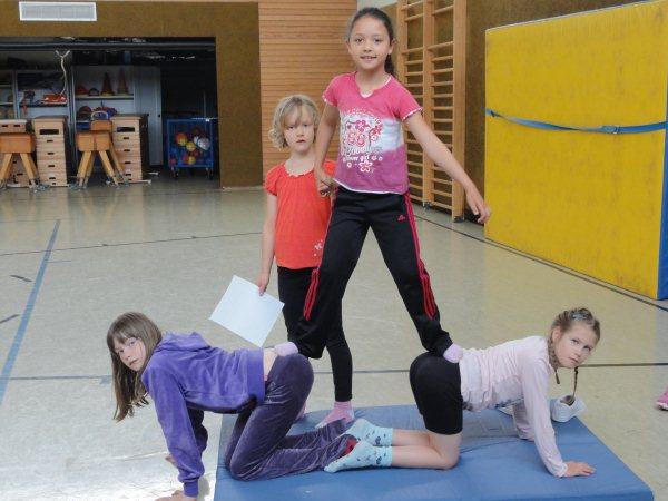 kleine akrobaten im sportunterricht
